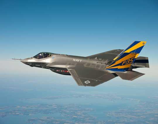 """Pomalowany i oznakowany pierwszy egzemplarz F-35C (CF-01) wlocie nad zatoką Chesapeake, 11 lutego 2011 r. Tego dnia za jego sterami zasiadł po raz pierwszy pilot US Navy, LCDR Eric """"Magic"""" Buus."""
