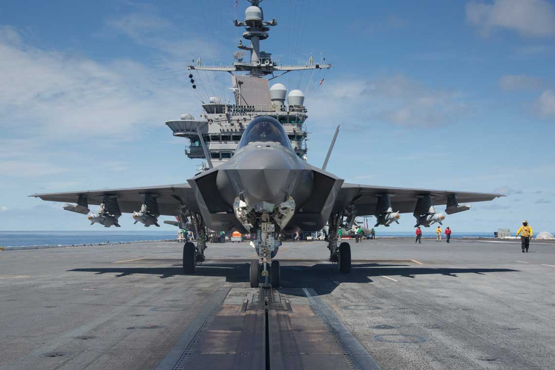 Myśliwiec piątej generacji F-35C Lightning II, to pierwszy w świecie naddźwiękowy samolot bojowy o cechach utrudnionej wykrywalności przeznaczony do służby na lotniskowcach. Na zdjęciu: F-35C (CF-03) z VX-23 na pokładzie USS George Washington podczas trzeciej fazy prób rozwojowych na morzu (DT III) w sierpniu 2016 r.