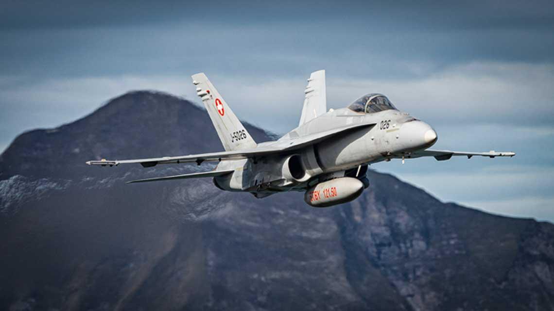 W powietrzu wielozadaniowy samolot myśliwski F/A-18C Hornet szwajcarskiego lotnictwa wojskowego.