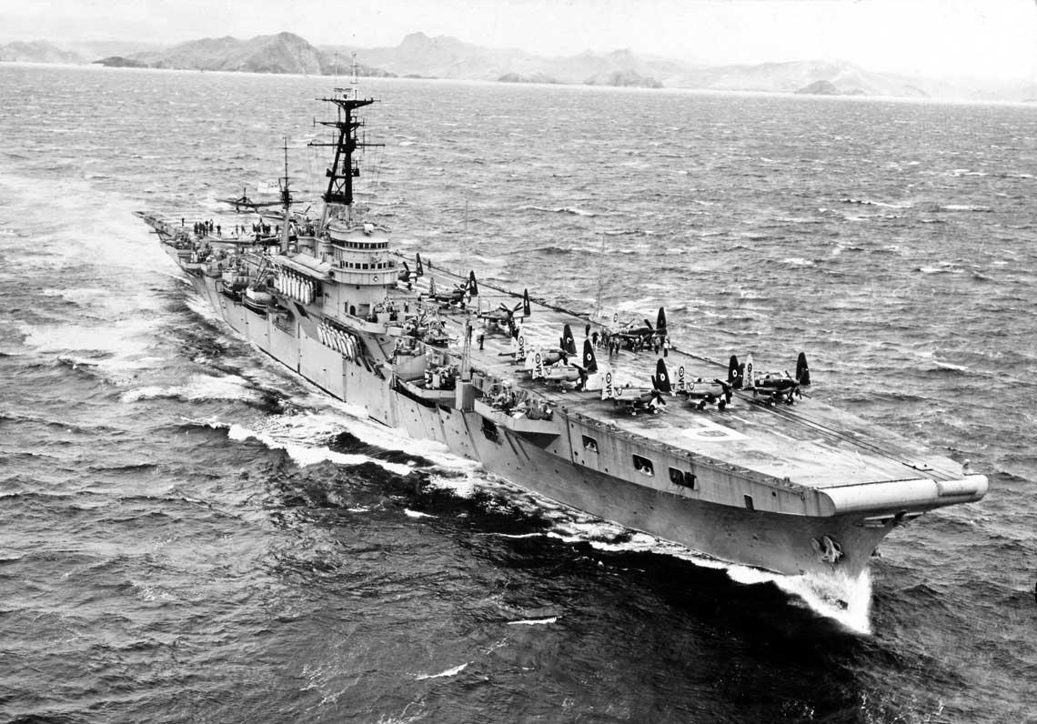 Lotniskowiec lekki HMS Triumph, sfotografowany w Zatoce Subic na Filipinach podczas manewrów z US Navy w marcu 1950 r., na krótko przed wybuchem wojny koreańskiej. Na dziobowej części pokładu widać Seafire'y FR Mk 47 z800. NAS, na rufie samoloty Fairey Firefly.