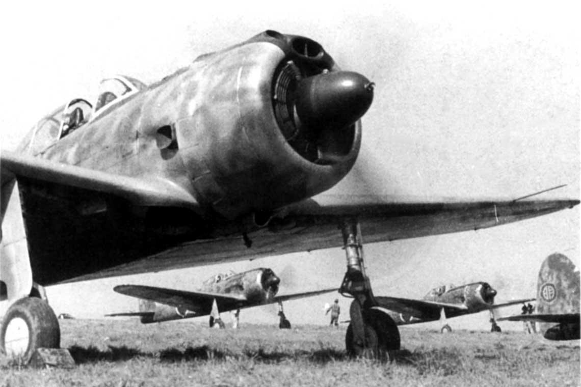 Ki-43-II z ze Szkoły Lotniczej w Akeno, 1943rok. Widać cechy typowe dla tzw. serii wstępnej Ki-43-II – pierścieniową chłodnicę oleju we wlocie powietrza do silnika i niewielką obudowę dodatkowej chłodnicy oleju pod kadłubem.