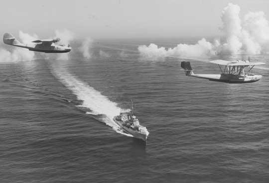 PBY-1 Catalina z VP-11 (po lewej) i P2Y Ranger z VP-7 przelatują nad niszczycielem USS Dale. Zdjęcie wykonano 14 września 1936 r., podczas pokazów w rejonie San Diego.