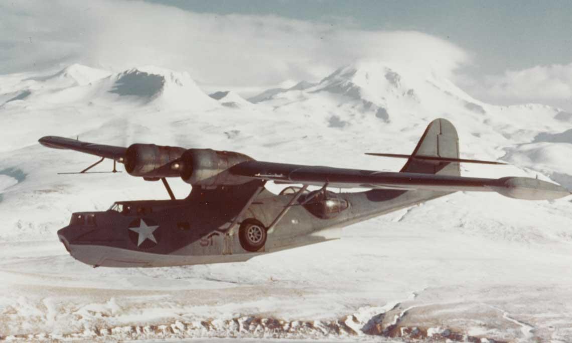 PBY-5A w locie nad Wyspami Aleuckimi. Pod prawym skrzydłem widać antenę radaru ASV (Air-to-Surface Vessel) do wykrywania jednostek nawodnych, który ponadto umożliwiał nawigację bez widoczności ziemi. Catalina na zdjęciu rozbiła się 17 stycznia 1944 r. podczas startu z wyspy Attu. Lt.(jg) Merle Noe zVP-43 i jego załoga zginęli.