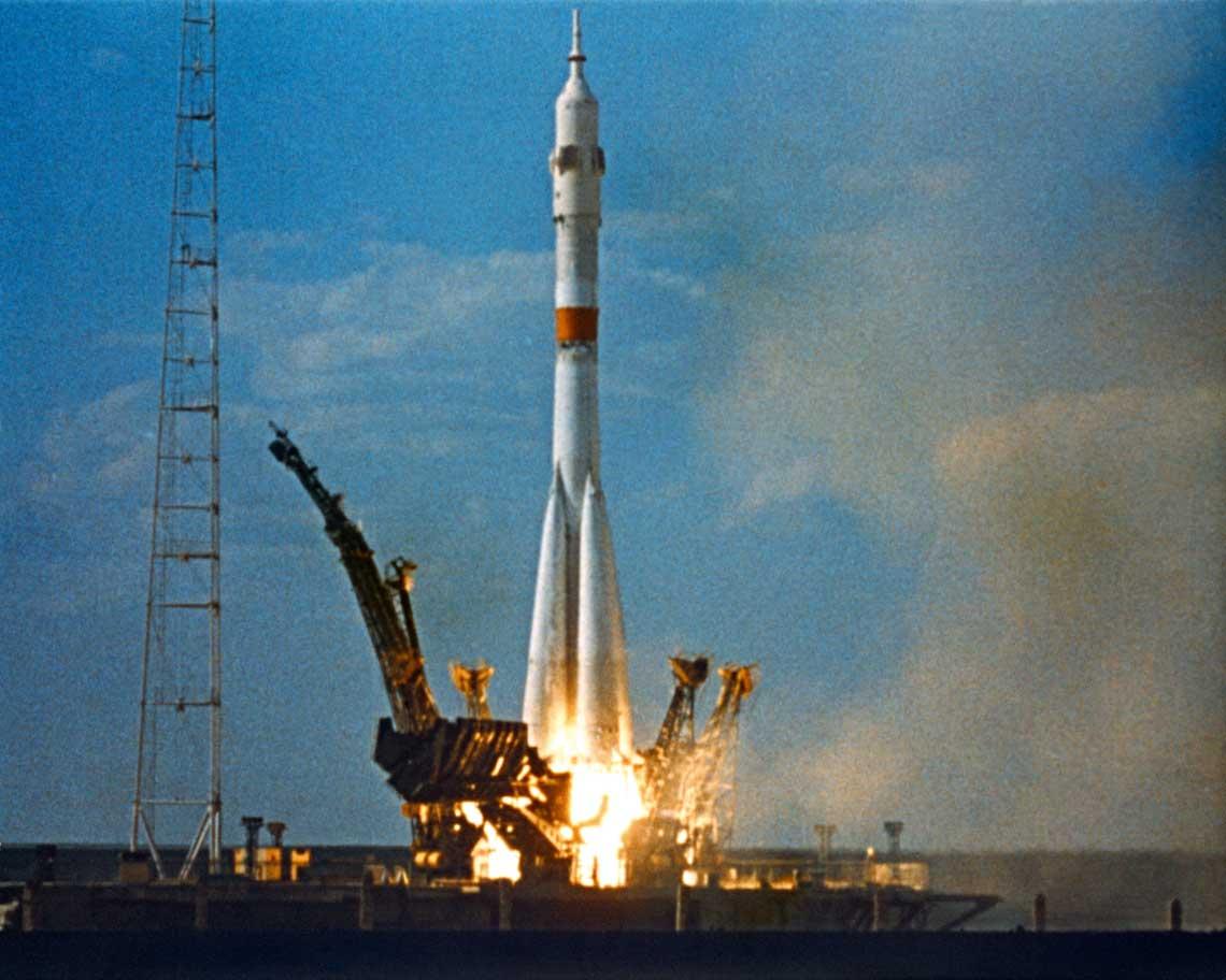 Start statku kosmicznego Sojuz-19 do misji ASTP.