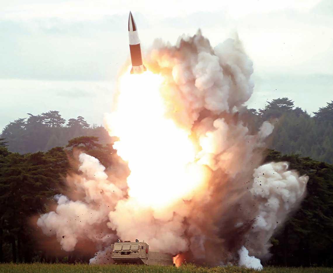 Start rakiety. Obłok dymu ipotężny płomień świadczą otym, że Koreańczycy zPółnocy wciąż pozostają daleko wtyle, jeśli chodzi ostałe paliwa rakietowe.