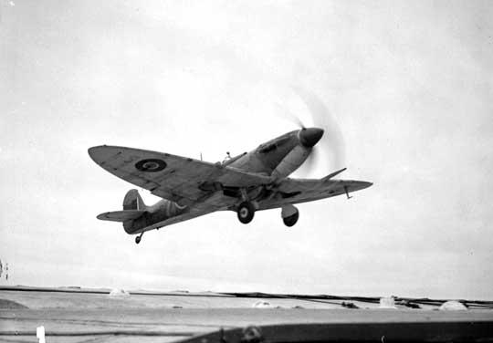 """Pokładowy samolot myśliwski Supermarine Seafire z 880. NAS startuje z lotniskowca HMS Furious; operacja """"Mascot"""", Morze Norweskie, lipiec 1944 r."""