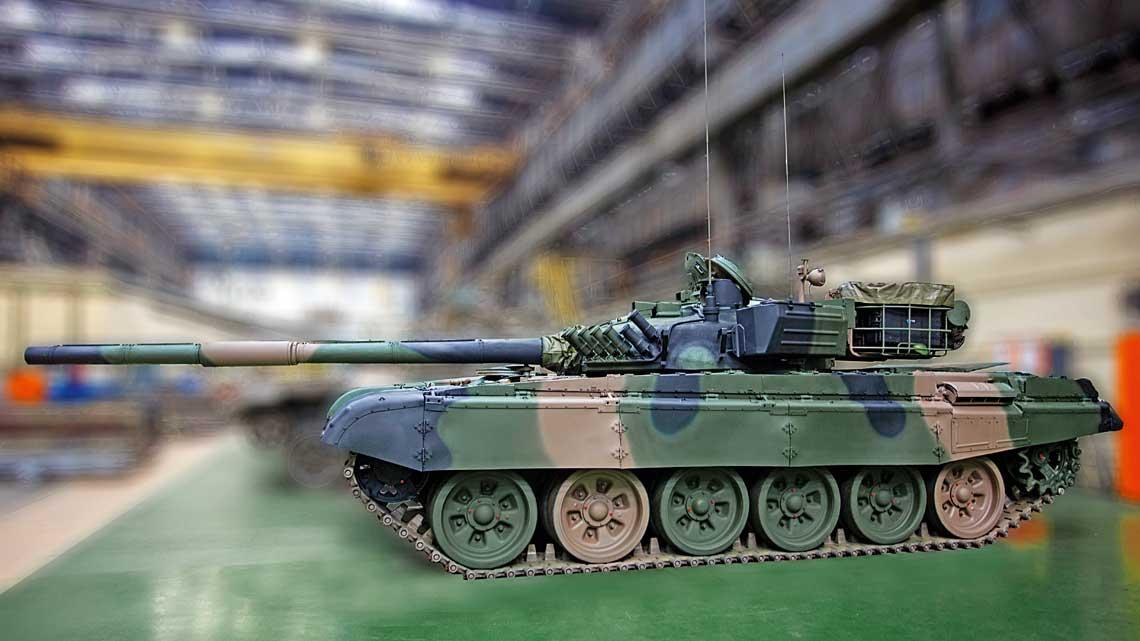 Zmodyfikowany T-72M1 z boku. Najbardziej rzuca się w oczy kosz z tyłu wieży, a także przeniesiona na lewy bok wieży oryginalna skrzynka na dodatkowe wyposażenie. Wprawne oko dostrzeże nową antenę na stropie przedniej części wieży.