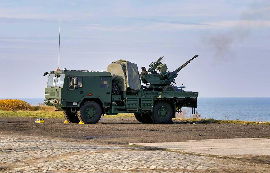 Jednostka Ogniowa PSR-A Pilica zamocowana na Jelczu 443.42 podczas strzelania z armaty.
