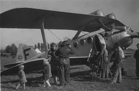 Samoloty wykonujące loty za granicę były zaopatrzone w następujące dokumenty: karta rejestracji, świadectwo sprawności technicznej, świadectwa uzdolnienia członków załogi, wykazy imienne podróżnych, księgi pokładowe i listy przewozowe na towary. Na zdjęciu: Bleriot-SPAD S.66, lotnisko Pole Mokotowskie, październik 1926 r.
