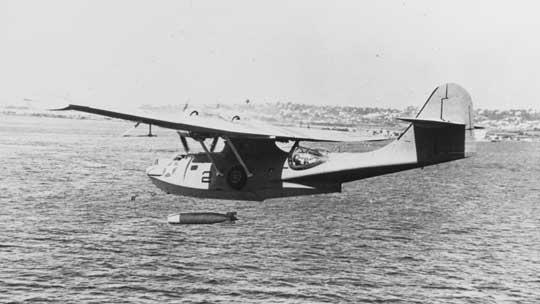 """Catalina podczas ćwiczebnego zrzutu torpedy Mk XIII. Ta podstawowa torpeda amerykańskiego lotnictwa początkowo była bardzo zawodna, czego dowiodła choćby bitwa o Midway. Nie trzymała kursu i rozwijała za małą prędkość, od 30 do 33 w. (dla porównania, japońska """"długa lanca"""", rozpędzała się do 50 w.). Z tego względu okręty atakowane przez PBY niejednokrotnie wymijały wycelowane w nie torpedy."""