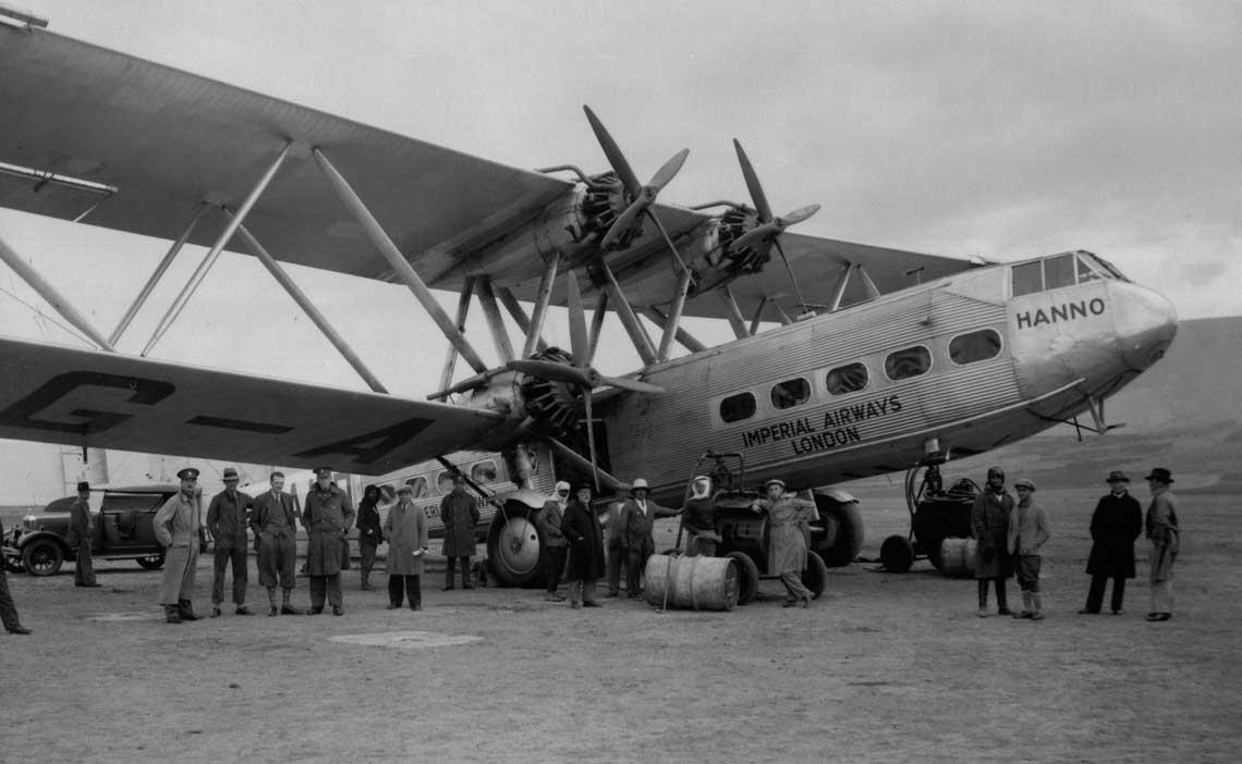 Statki powietrzne sygnatariuszy Konwencji otrzymały zgodę umawiających się państw na swobodę przelotu ponad ich terytorium. Na zdjęciu: samolot Handley Page HP.42 brytyjskich linii Imperial Airways na jednym z lotnisk Bliskiego Wschodu.