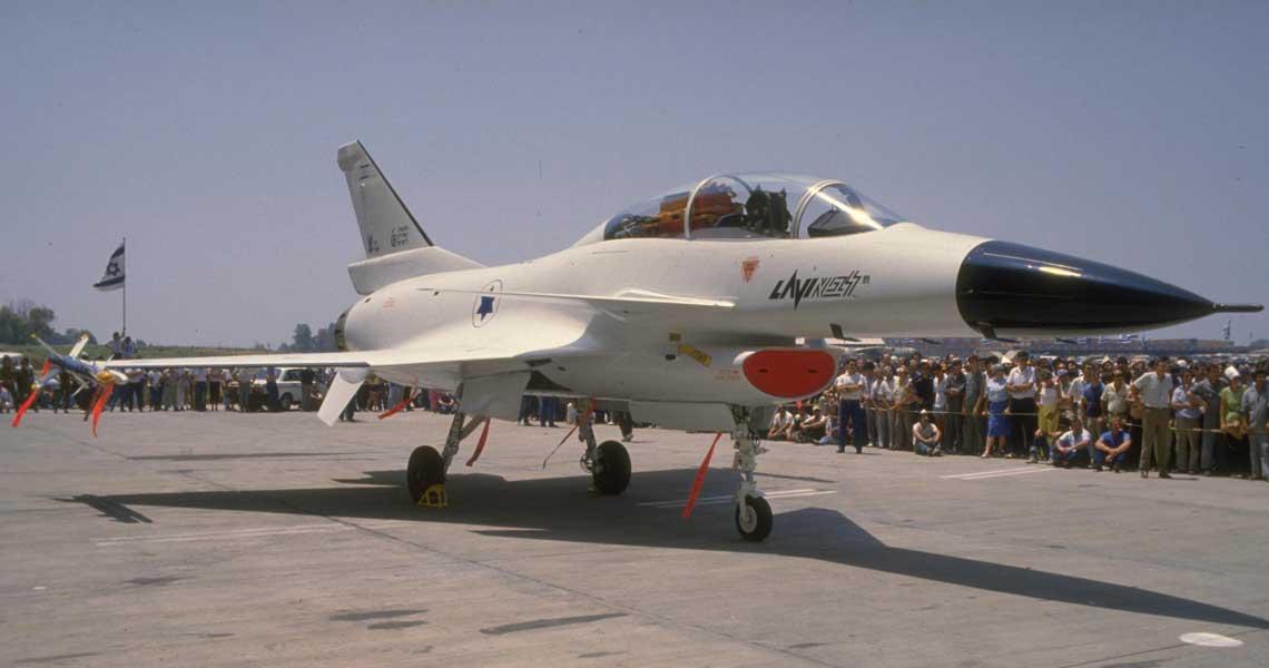 Drugi prototyp Lavi B-02 podczas oficjalnej prezentacji w zakładach IAI; 21 lipca 1986 r. Był to najbardziej skomplikowany pod względem technicznym, najdroższy i jednocześnie najbardziej kontrowersyjny program lotniczy realizowany w Izraelu…