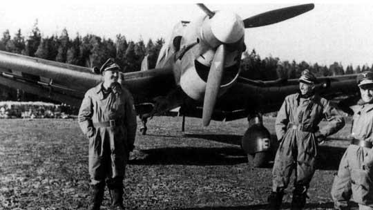 Piloci 3./St.G 1 na lotnisku Oslo-Fornebu w kwietniu 1940 r., na drugim planie Ju 87 R-1, A5+EL.