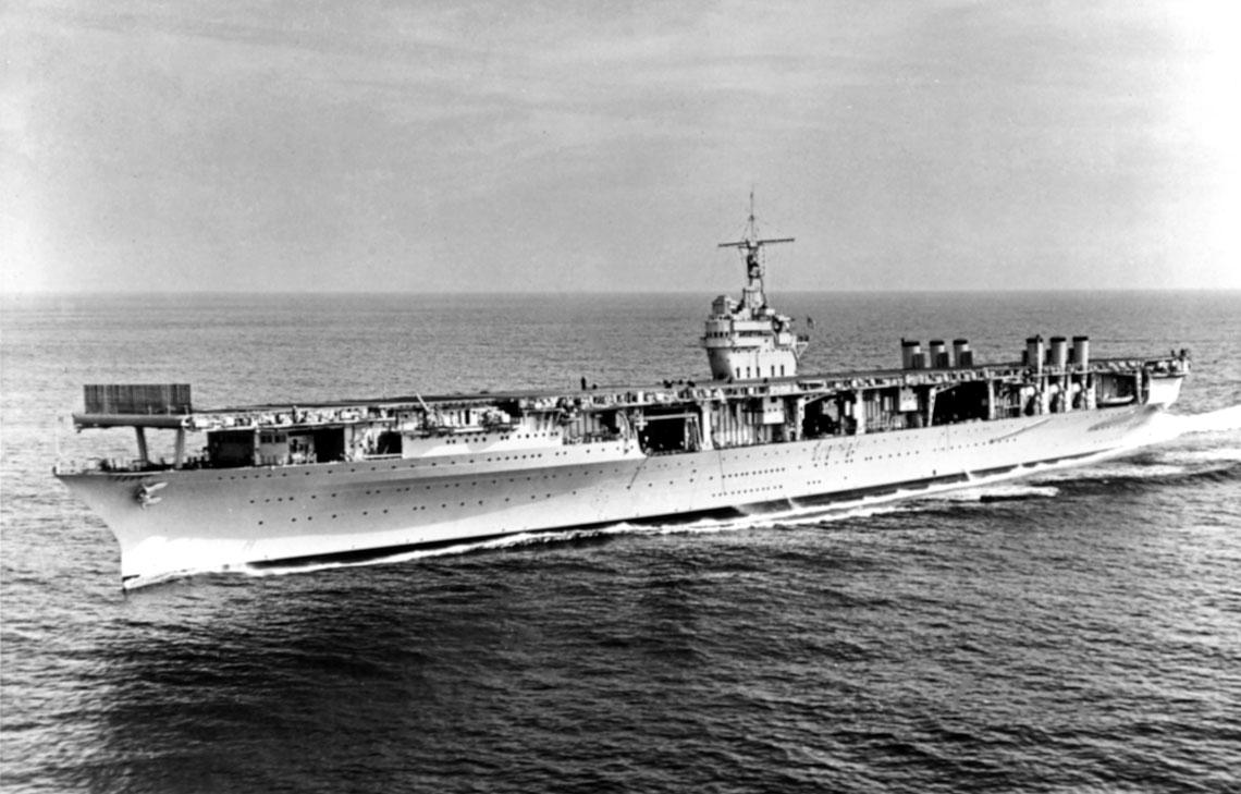 Ranger pod koniec lat 30. XX wieku. Samoloty pozostają w hangarze, stąd kominy okrętu sąwpozycji pionowej.
