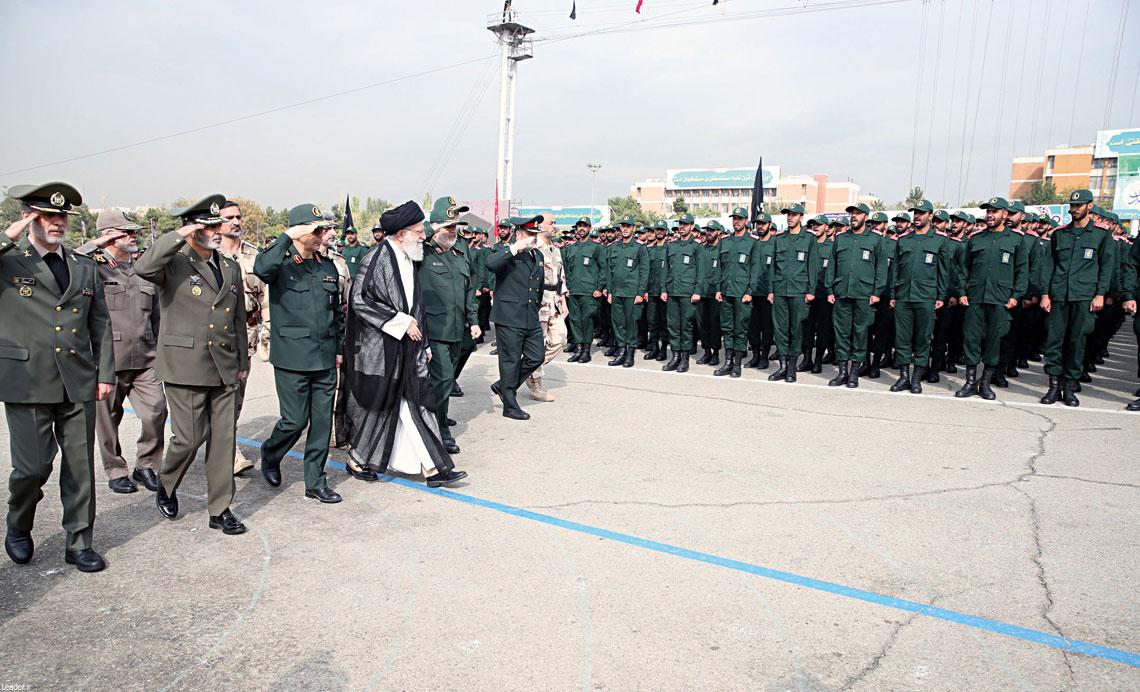 W irańskim systemie władzy za politykę bezpieczeństwa – w tym kontrolowanie Korpusu Strażników Rewolucji – nie odpowiada wybierany w wyborach powszechnych prezydent, lecz polityczno-duchowy najwyższy przywódca, który jest równocześnie zwierzchnikiem sił zbrojnych.