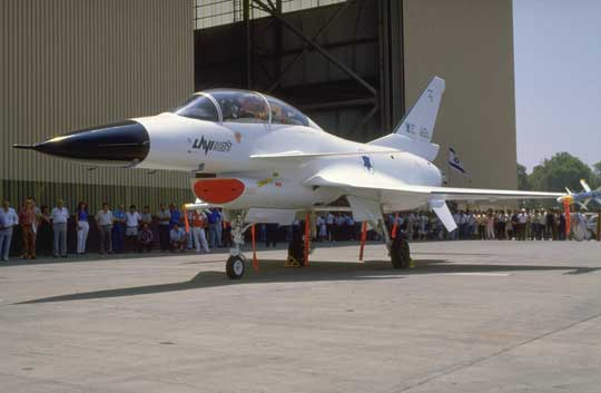 …W tym czasie pierwszy prototyp przechodził testy naziemne przed pierwszym lotem i wciąż nie był pomalowany, więc nie został wytoczony z hangaru.