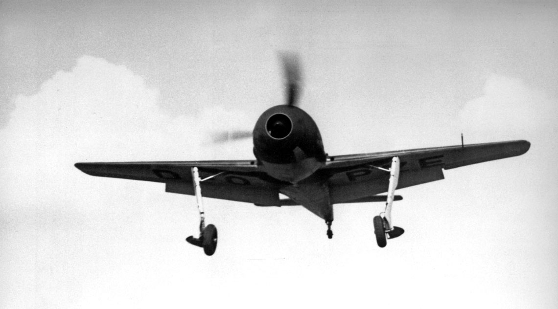 Podchodzący do lądowania Fw 190 V1, D-OPZE z wyraźnie widocznym tunelowym kołpakiem śmigła.