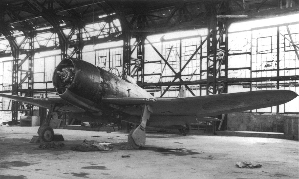 Trzeci prototyp samolotu myśliwskiego A7M2, przebudowany z drugiego prototypu A7M1 (nr ser. 302), sfotografowany po zakończeniu wojny w hangarze w bazie Misawa. Na tym zdjęciu widać, że ten egzemplarz miał proste (ścięte) końcówki stateczników poziomych.