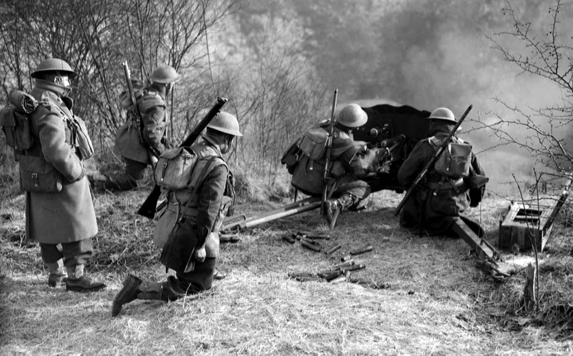 Prowadzenie ognia z armaty przeciwpancernej w czasie jednego z ćwiczeń British Expeditionary Force przeprowadzonych przed niemieckim natarciem w maju 1940 r.
