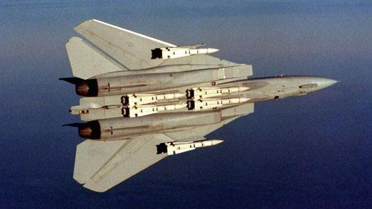 """Podstawowe uzbrojenie samolotów myśliwskich F-14 Tomcat do zwalczania celów powietrznych stanowiło sześć kierowanych pocisków rakietowych """"powietrze-powietrze"""" dalekiego zasięgu AIM-54 Phoenix."""