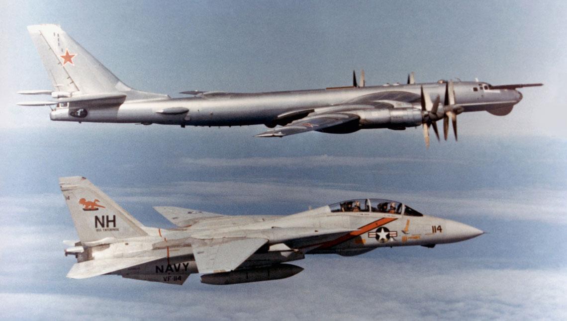 Początkowo głównym zadaniem F-14 Tomcat była obrona powietrzna amerykańskich lotniskowców i towarzyszących im okrętów oraz wywalczenie powietrznej przewagi w rejonie operowania lotnictwa pokładowego.