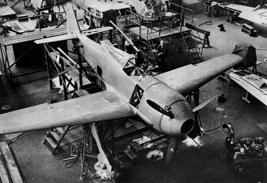 Montaż końcowy prototypu Focke-Wulf Fw 190 V1, W.Nr. 0001.