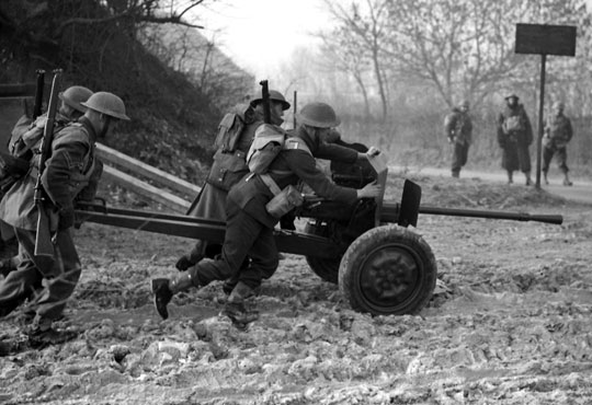 Brytyjscy żołnierze z francuską armatą do zwalczania czołgów Hotchkiss mle 1934 kal. 25 mm, którą wykorzystywano głównie w brygadowych kompaniach przeciwpancernych.