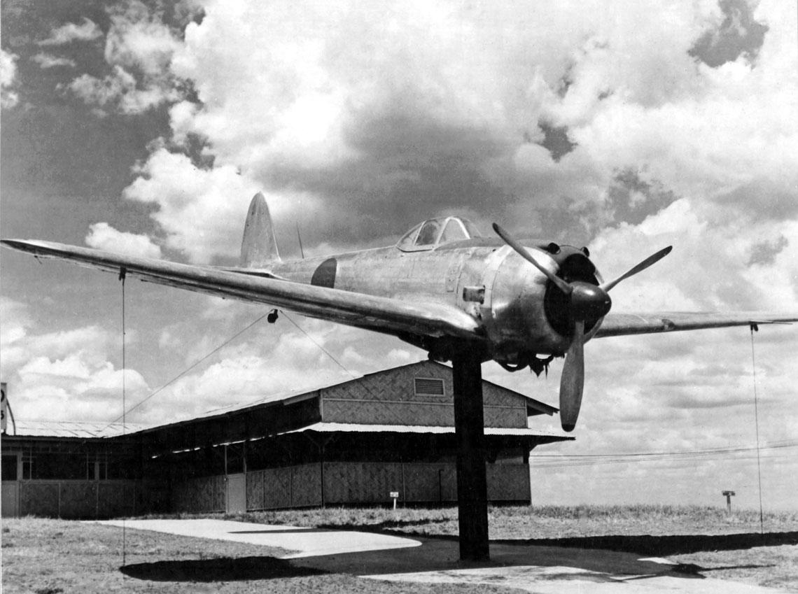 Ki-43-II z nieustalonej jednostki zdobyty przez Amerykanów na Filipinach i wystawiony jako trofeum przed bazą Clark Field, 1945 r.