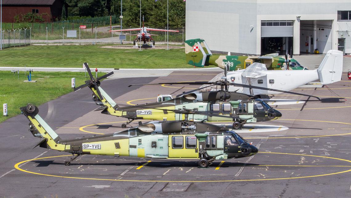 Na czas prób fabrycznych i oblotu technicznego do rejestru wpisywane są produkowane w PZL Mielec śmigłowce S-70i Black Hawk. Na zdjęciu dwa z 6 wyprodukowanych wub. roku dla zagranicznych klientów.