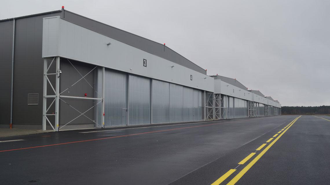 Sześć hangarów w Darłowie zostało zbudowanych na mocy umowy z grudnia 2015 r.