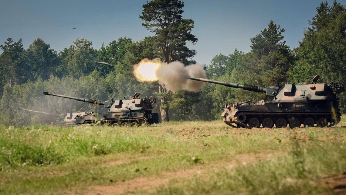 Polscy artylerzyści od grudnia 2016 r. wykorzystują podczas strzelań szkoleniowych ze 155 mm armatohaubic samobieżnych Krab wyłącznie amunicję dostarczoną przez Zakłady Metalowe DEZAMET S.A. Jej rosnące dostawy pozwolą nie tylko na prowadzenie intensywnego szkolenia, ale także tworzenie zapasów. Na mniejszym zdjęciu: pociski OFd MKM, zapalnik KZ984, zapłonnik izestaw modułowych ładunków miotających 6×TC-F (maksymalny).