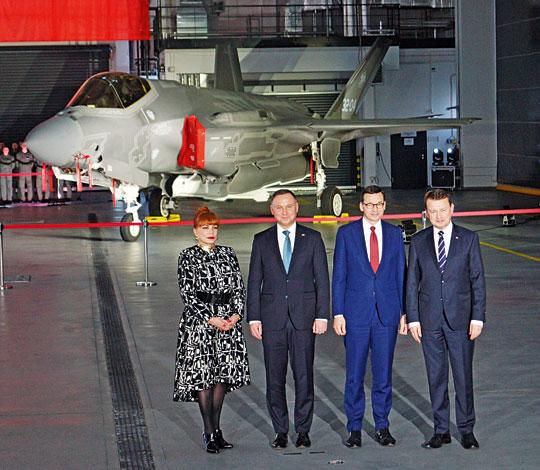Orandze uroczystości 31 stycznia iznaczeniu zakupu F-35A dla Sił Powietrznych świadczyła obecność wDęblinie najważniejszych polskich polityków. Na zdjęciu wraz zGeorgette Mosbacher iMariuszem Błaszczakiem Prezydent RP Andrzej Duda iprezes Rady Ministrów Mateusz Morawiecki.