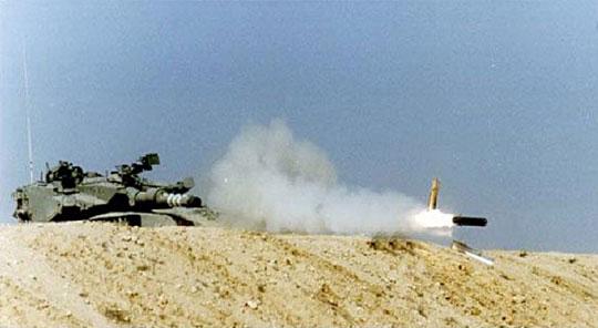 Czołgowe przeciwpancerne pociski kierowane (jak IAI LAHAT na zdjęciu) na Zachodzie wciąż pozostają raczej ciekawostką, ale upowszechnianie się amunicji precyzyjnej może dotyczyć też uzbrojenia czołgów.