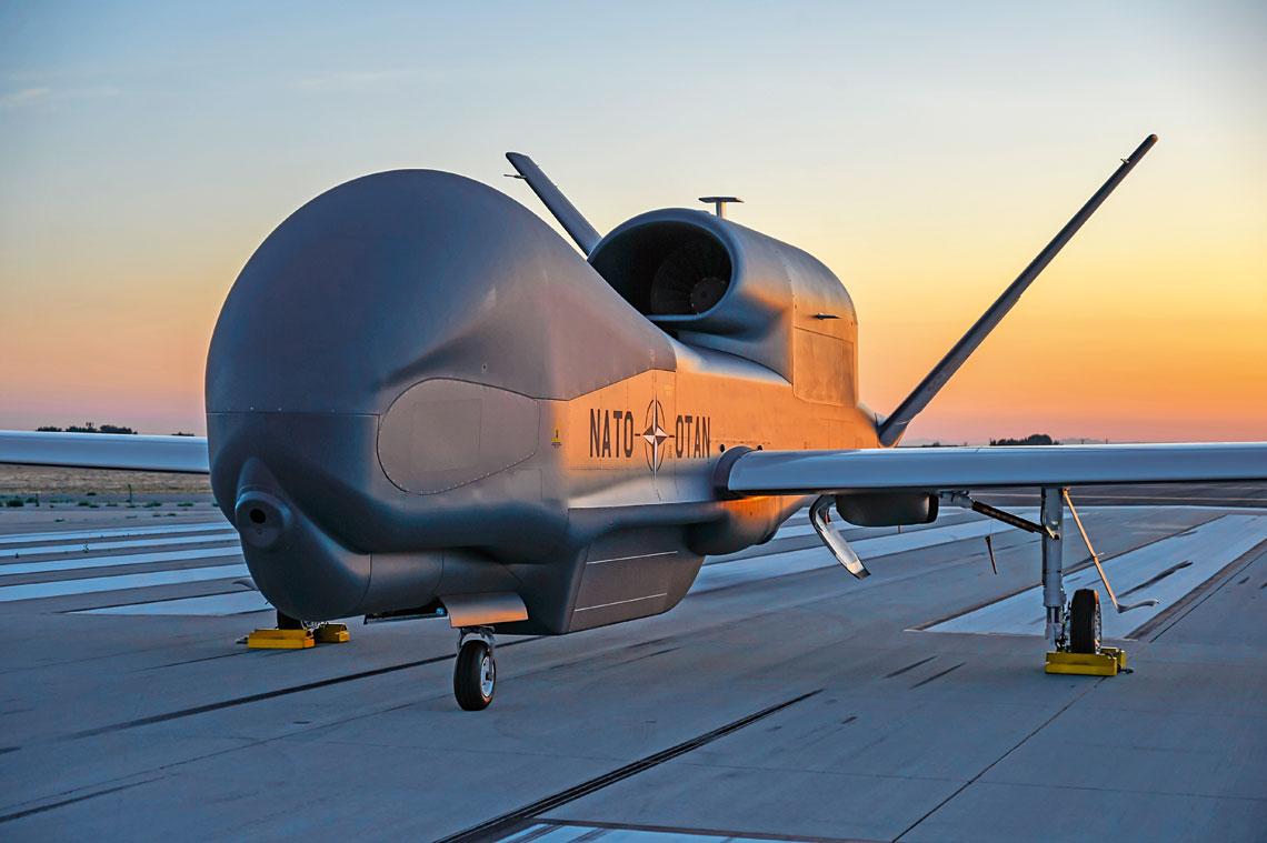 Program sojuszniczego systemu obserwacji obiektów naziemnych z powietrza – NATO Alliance Ground Surveillance, oparty na bezzałogowych statkach powietrznych dalekiego zasięgu Northrop Grumman RQ-4D Global Hawk Block40, w tym roku ma osiągnąć wstępną gotowość operacyjną. Polska jest jednym z partnerów programu, a polskie podmioty naukowo-badawcze i przemysłowe realizują projekty związane z budową jego elementów.