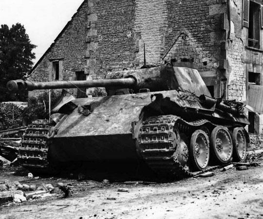 """PzKpfw V Panther Ausf. G, jeden z czołgów 4. kompanii pułku pancernego dywizji """"Hitlerjugend"""" (4./SS-Pz.Rgt. 12), który podczas ataku 8/9 czerwca na Bretteville-l'Orgueilleuse wjechał do centrum miejscowości, gdzie go obezwładnił, z pomocą granatnika PIAT, szer. Lapointe. Dowódca czołgu, SS-Unterscharführer Mühlhausen, zginął."""