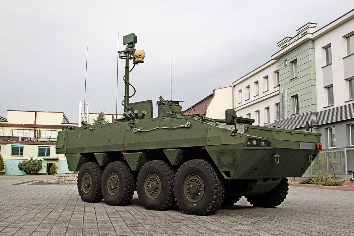 Niedawno ukończony prototyp Artyleryjskiego Wozu Rozpoznawczego na podwoziu Rosomak 8×8 (Rosomak-AWR) z wysuniętym masztem z wyposażeniem rozpoznawczym, wchodzącym w skład Pokładowego Zestawu Obserwacyjno-Rozpoznawczego (PZOR).