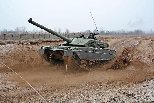 Włoski czołg odznacza się nie najgorszą mobilnością. Słabszy niż wkilku konkurencyjnych konstrukcjach silnik rekompensuje niższa masa.