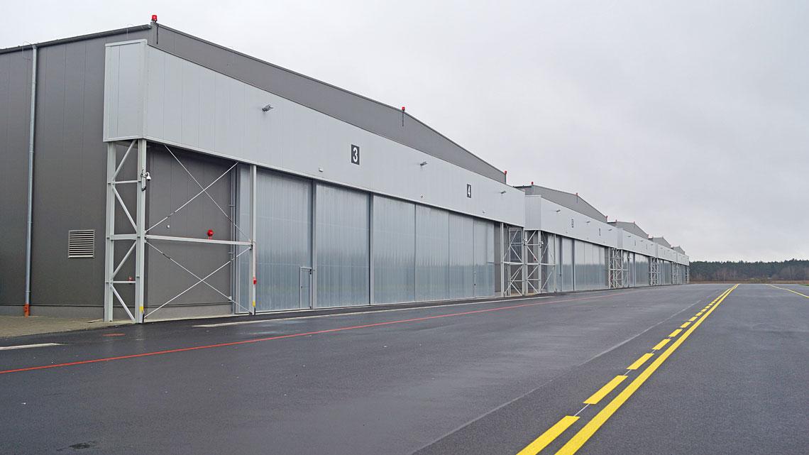 Wramach modernizacji lotniska wDarłowie postawiono sześć hangarów z12 miejscami postojowymi średnich śmigłowców wielozadaniowych. Wraz znimi zbudowano nową drogę kołowania ipłytę postojową.