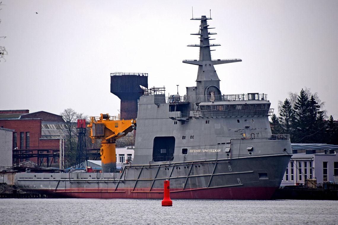 """Nowy rosyjski oceaniczny okręt badawczy powstaje wbólach. Problemem jest nie tylko nierytmiczne finansowanie, ale też """"niespodzianki"""", które zastali stoczniowcy w36-letnim kadłubie. Jego remont pochłonął sporo pracy ikosztów. Wogóle trudno jest zrozumieć, dlaczego Rosjanie wykorzystali stary okręt do tak zaawansowanej konwersji – ponoć zakładano 40% oszczędności wynikających zadaptacji."""