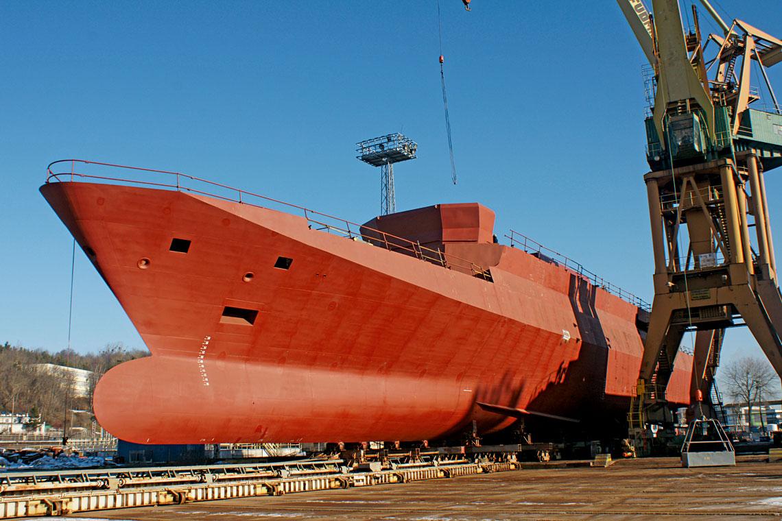 Montaż sterówki Gawrona odbywał się 31 stycznia 2011 r. poza halą SMW, na placu montażowym. Kadłub z nadbudówką nabrał wtedy już kształtu nowoczesnego okrętu bojowego.