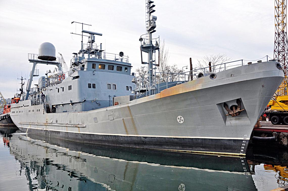 """Średni okręt rozpoznawczy projektu Łahuna wodeskiej Stoczni """"Ukrajina"""" przed pierwszym rejsem. Jego zadaniem będzie śledzenie ruchów jednostek rosyjskiej Floty Czarnomorskiej. Najbardziej woczy rzuca się kopuła chroniąca antenę systemu Melchior. Widać też jeden zczujników systemu Kasztan-ZM zboku sterówki, radar nawigacyjny, atakże głowicę optoelektroniczną Kasztana-ZM wpołowie wysokości masztu przedniego."""