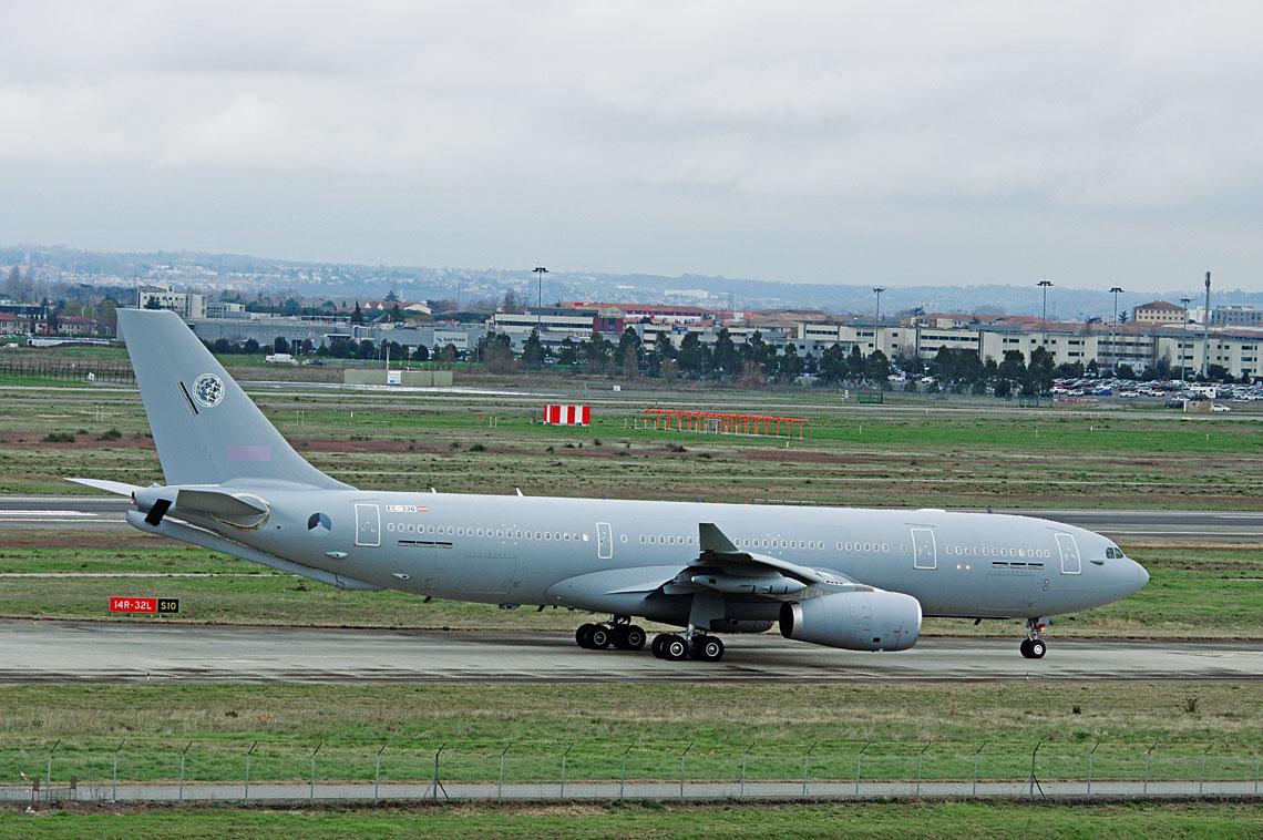 Pierwszy A330MRTT dla Multinational Multi-Role Tanker Transport Unit sfotografowany podczas kołowania po jednym zlotów szkolnych.