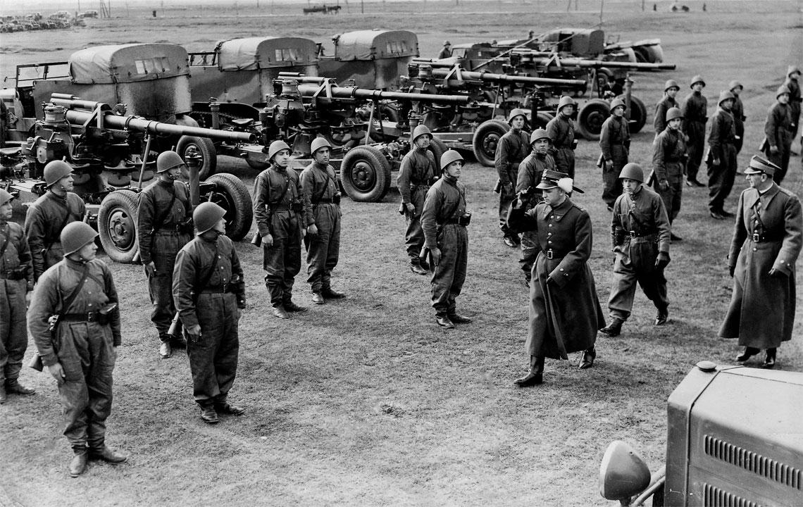 Bateria dywizjonu kadrowego armat 75 mm St w trakcie przeglądu przez płk Kazimierza Aleksandrowicza z szef sztabu DOK I. W tle armaty wz. 36 z widocznym szeregiem opisanych w tekście zmian. Fot. P. Janicki