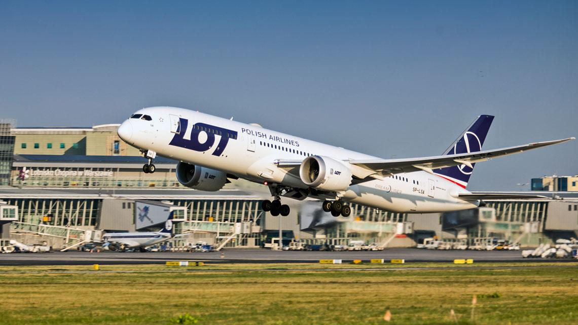 Lotnisko Chopina obsłużyło rekordową liczbą 18,86 mln pasażerów, tj. 1,1mln więcej niż w roku poprzednim. Dynamika wzrostu wyniosła 6,2%. Na zdjęciu Boeing 787-9 w barwach PLL LOT podczas jednego zrejsów.
