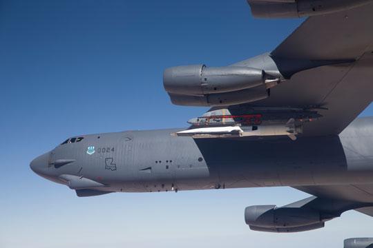 Eksperymentalny samolot hipersoniczny Boeing X-51A WaveRider (wraz zrakietowym silnikiem rozpędzającym) na podwieszeniu B-52H. W latach 2010-2013 wykonano cztery loty testowe osiągając w ostatnim Ma=5,1 (5440 km/h; 1 maja 2013 r.).