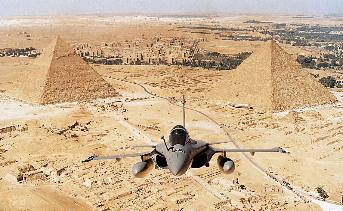 Egipski Rafale w wersji dwumiejscowej w locie nad piramidami w Gizie tuż po dostarczeniu pierwszych maszyn latem 2015 r. Samolot w konfiguracji bojowej z pociskami MICA IR i dwoma zbiornikami 2000 l.