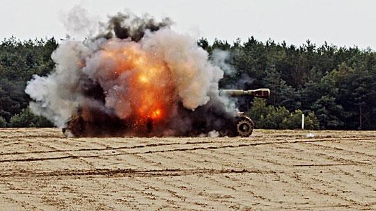RGW90 HH umożliwia także zwalczanie pojazdów opancerzonych i starszych typów czołgów. Na zdjęciu moment trafienia w 152 mm haubicoarmatę samobieżną 2S3.