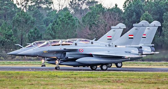 Ostatnie dwumiejscowe Rafale dla Egiptu: DM13, DM14, DM15 przed startem zBordeaux-Mérignac do lotu dostawczego.