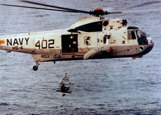 Członek załogi Apollo-13 wciągany na pokład śmigłowca ratowniczego SH-3D Sea King ze śmigłowcowca desantowego USS Iwo Jima.