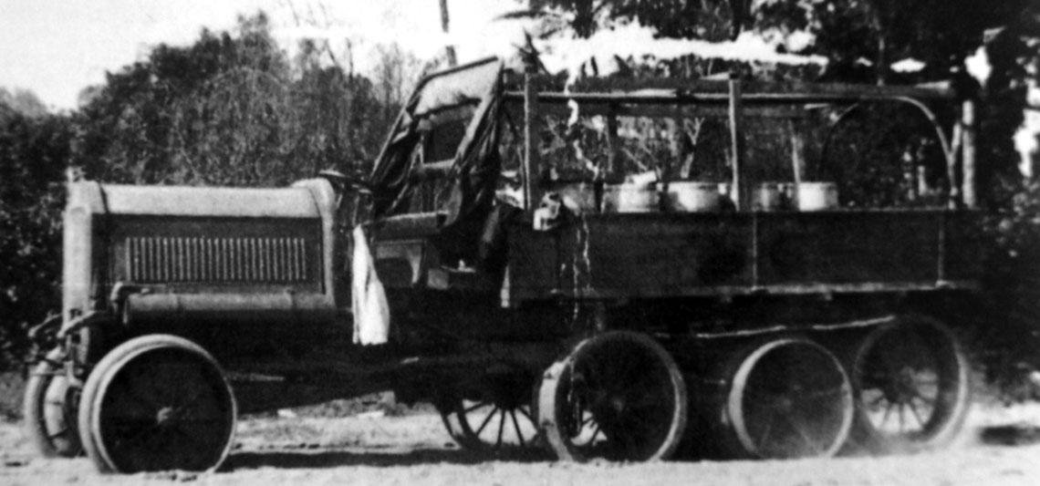 Samochód ciężarowy Daimlera, już po dokonanej modernizacji. Dobrze widoczne są dodatkowe koła jezdne, a także fragment gąsienic opasający cały układ.